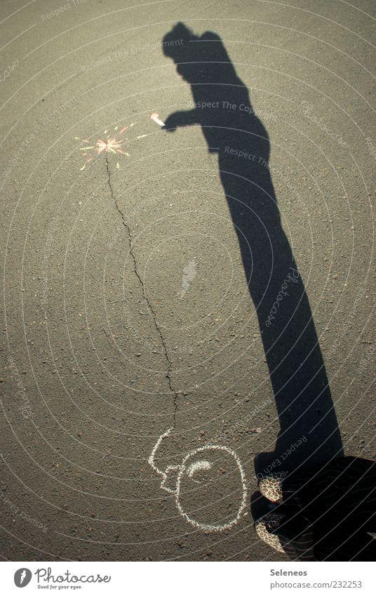 Ich habe eine Entzündung! Mensch Sonne Sommer Straße Spielen Graffiti Beine Fuß Schuhe Freizeit & Hobby Schriftzeichen bedrohlich Asphalt Zeichen Kreativität Waffe