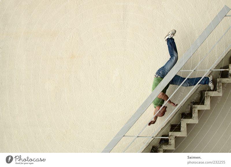 hals über kopf Mensch Mann Jugendliche Erwachsene Wand Mauer Angst Fassade Treppe maskulin gefährlich 18-30 Jahre bedrohlich fallen Todesangst Schmerz