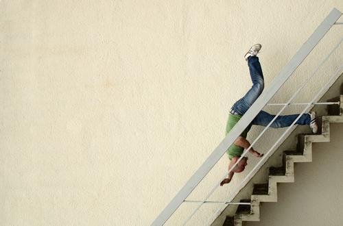 hals über kopf Mensch maskulin Mann Erwachsene 1 18-30 Jahre Jugendliche Mauer Wand Treppe Fassade fallen bedrohlich eckig Schmerz Angst Entsetzen Todesangst