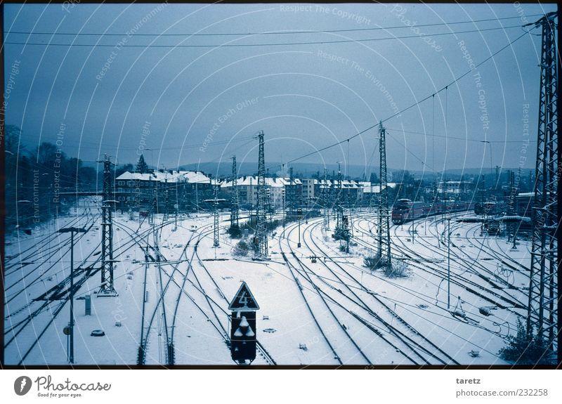Das große Ganze Stadt Winter Haus ruhig Ferne kalt Schnee dunkel Schilder & Markierungen leer Güterverkehr & Logistik Gleise Verkehrswege Strommast Bahnhof
