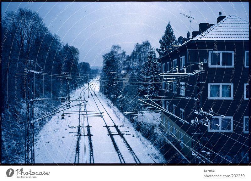 Das Detail Baum Winter Haus ruhig Ferne kalt Schnee dunkel Fassade Autofenster leer Eisenbahn Güterverkehr & Logistik Gleise Verkehrswege Stress