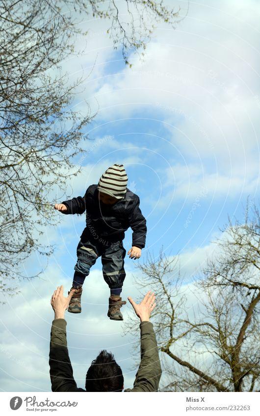 Flieger Mensch Kind Himmel Mann Hand Freude Wolken Erwachsene Spielen Familie & Verwandtschaft Kindheit fliegen Vertrauen fangen Kleinkind Vater