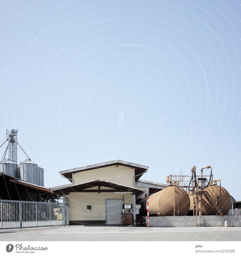 betriebstankstelle Himmel Industrieanlage Fabrik Bauwerk Gebäude Architektur Tankstelle Farbfoto Außenaufnahme Menschenleer Textfreiraum oben Textfreiraum Mitte