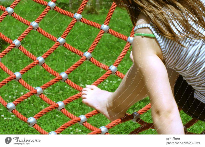 Fliegender Teppich Mensch Kind Mädchen Sommer Wiese Spielen Haare & Frisuren Beine Fuß Kindheit Freizeit & Hobby Arme Rasen Netz Lebensfreude Gleichgewicht