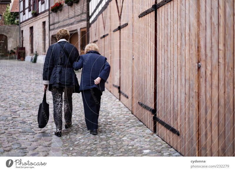 Silver Generation Mensch Frau Haus Leben Wand Senior Bewegung Wege & Pfade Mauer Freundschaft Zeit Zufriedenheit Fassade Lifestyle einzigartig Kommunizieren