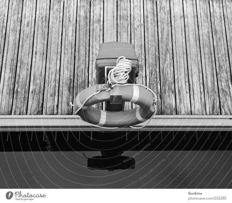 Einsamer Rettungsring San Sebastián Fischerdorf Hafen Schwimmweste Lebensrettung schwarz weiß Zufriedenheit Sicherheit Symmetrie Holz Rettungsschwimmer