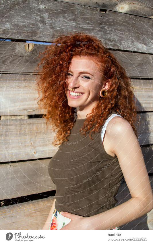 Mensch Jugendliche Junge Frau schön Freude 18-30 Jahre Erwachsene Leben Lifestyle Gesundheit feminin Holz Stil lachen Haare & Frisuren Lächeln