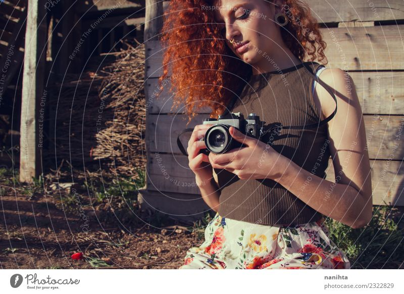 Junge rothaarige Frau hält eine analoge Kamera. Lifestyle Stil Haare & Frisuren Ferien & Urlaub & Reisen Tourismus Abenteuer Sommer Sommerurlaub Mensch feminin