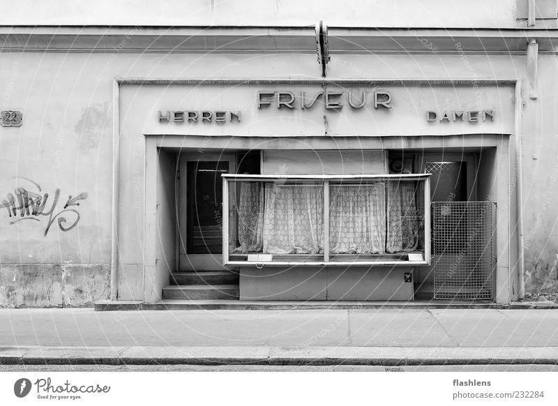 Friseur 22 alt Haus Fenster Wand Architektur Mauer Gebäude Tür Fassade retro verfallen Ladengeschäft Verfall Friseursalon Schwarzweißfoto