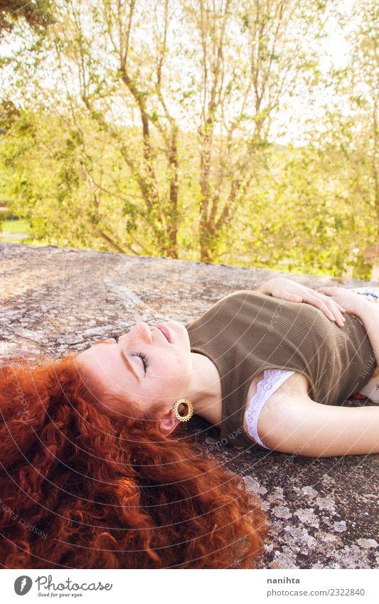 Junge und rothaarige Frau nimmt ein Sonnenbad. Lifestyle Stil schön Gesundheit Wellness harmonisch Sinnesorgane Erholung ruhig Meditation