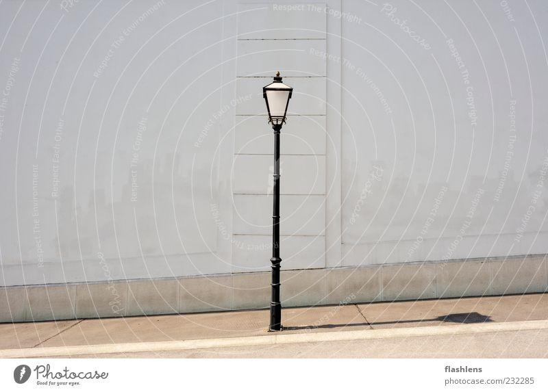 Die Wand im Rücken Altstadt Menschenleer Architektur Mauer Straßenbeleuchtung grau schwarz weiß Gefühle standhaft Symmetrie Außenaufnahme Textfreiraum links