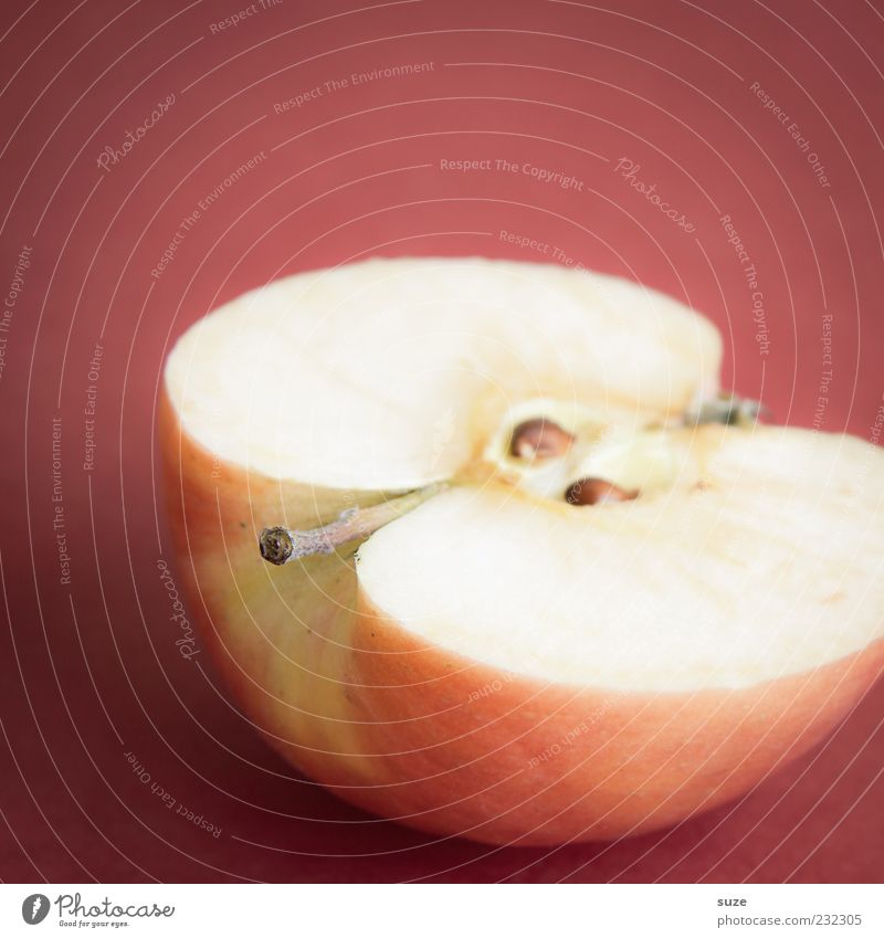 Die bessere Hälfte rot Ernährung Frucht frisch süß Apfel natürlich lecker reif Diät Vitamin Bioprodukte Hälfte saftig Vegetarische Ernährung vitaminreich