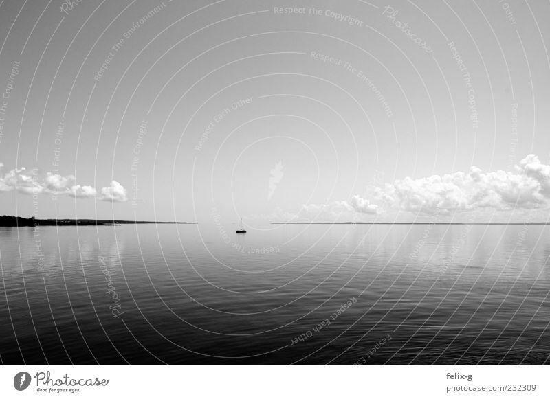 horizonless Himmel Wasser Meer Einsamkeit ruhig grau Küste Horizont Zeit Unendlichkeit Ewigkeit Schifffahrt Fernweh Segelboot stagnierend Wasserfahrzeug