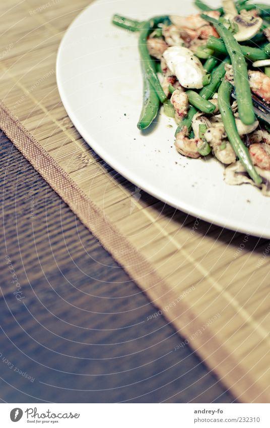 Bohnen mit Krebsfleisch. Teller Tellerrand Holz Gesundheit lecker braun grün weiß Gesunde Ernährung Krebstier Tisch Meeresfrüchte Bioprodukte kochen & garen