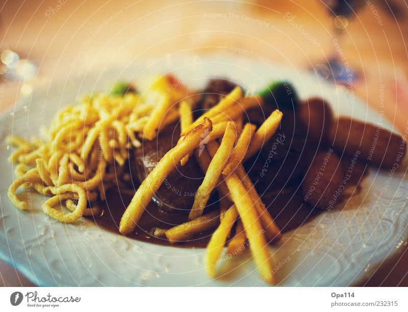 Augenschmaus Ernährung Lebensmittel genießen Gemüse Geschirr lecker Reichtum Teller Fleisch Festessen Mittagessen Backwaren Teigwaren Saucen Pommes frites