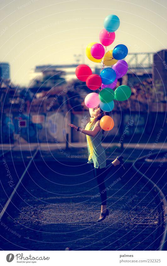 dem himmel entgegen Mensch Frau Natur Sommer Sonne Freude Erwachsene Leben Frühling Glück Freiheit fliegen springen Lifestyle Fliege Fröhlichkeit