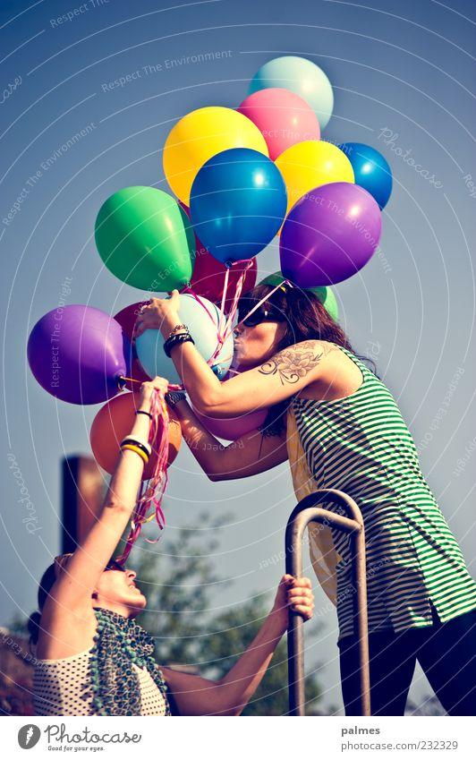 habt eine gute reise und passt auf euch auf! Mensch Frau Freude Erwachsene Liebe Lifestyle Freundschaft Schönes Wetter berühren Luftballon festhalten Team Tattoo Küssen Blauer Himmel 30-45 Jahre