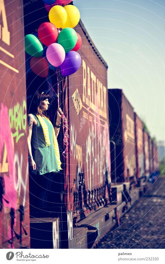 eingereiht Stil Lifestyle Ordnung stehen warten Schnur Güterverkehr & Logistik Luftballon festhalten Bahnhof schwarzhaarig Blauer Himmel Eisenbahn Eisenbahnwaggon mehrfarbig Güterzug