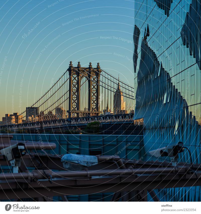 Blick von Brooklyn auf Manhattan Bridge Sehenswürdigkeit Wahrzeichen Stadt New York City Empire State Building Sonnenaufgang Farbfoto Außenaufnahme Menschenleer