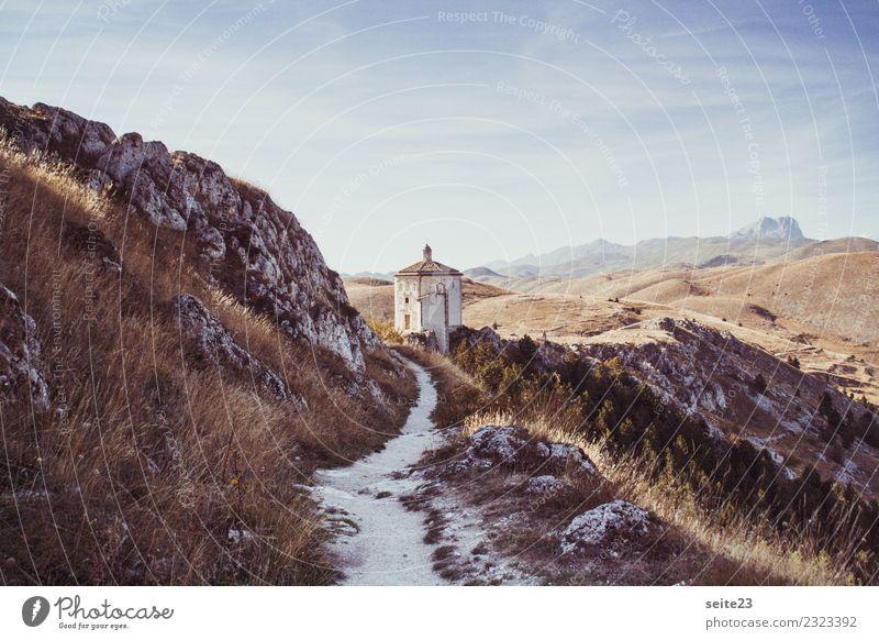 Wanderweg zur Burg Rocca Calascio in den Abruzzen Himmel Ferien & Urlaub & Reisen Sommer Landschaft Sonne Berge u. Gebirge Architektur Wärme Wege & Pfade Sport