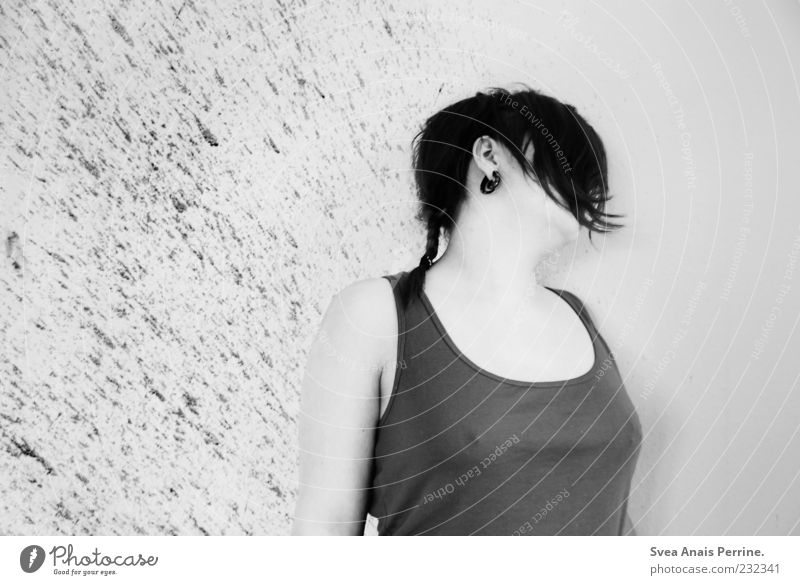 dead. feminin Junge Frau Jugendliche 1 Mensch 18-30 Jahre Erwachsene Mauer Wand Top außergewöhnlich dunkel Ekel Tod Mord Blut spritzen Zopf Fassade brünett