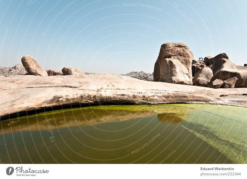 Grüner See Landschaft Wasser Natur Indien Hampi grün Stein Felsen braun Himmel Farbfoto Außenaufnahme Textfreiraum oben Tag Pfütze Menschenleer