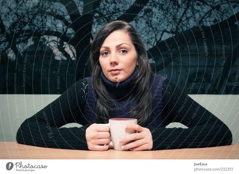 #232351 schön Häusliches Leben Wohnung Raum Frau Erwachsene Mensch 18-30 Jahre Jugendliche Pullover brünett beobachten Erholung festhalten sitzen Freundlichkeit