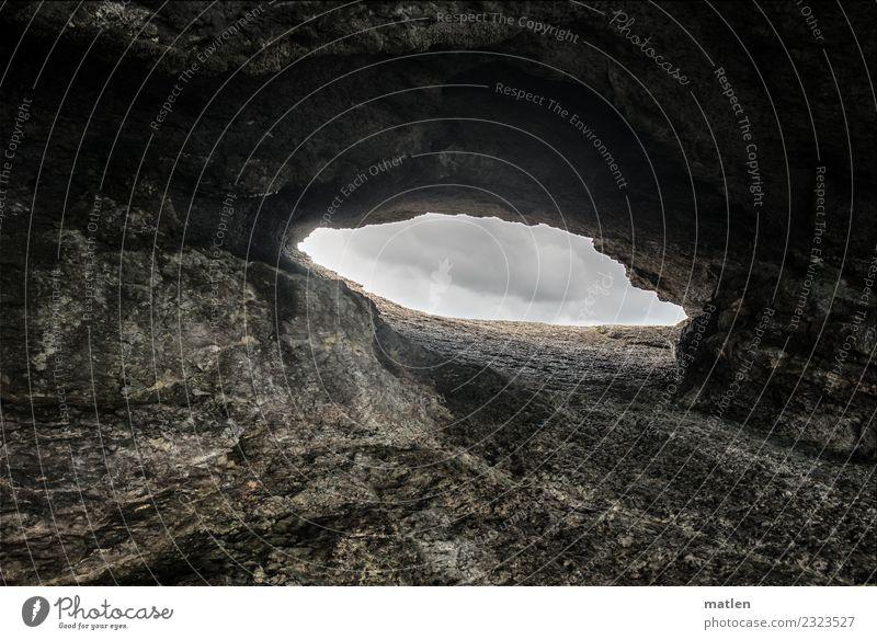 Loch Natur Landschaft Wolken schlechtes Wetter Felsen dunkel braun grau Höhle offen Öffnung Farbfoto Außenaufnahme Muster Strukturen & Formen Menschenleer