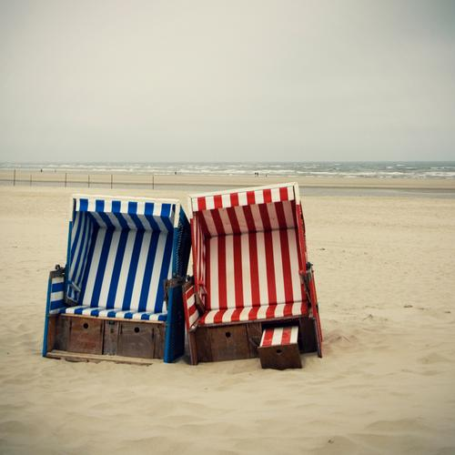 doppeltes lottchen Natur blau Wasser Ferien & Urlaub & Reisen rot Meer Strand Erholung Landschaft Sand Küste Zusammensein Tourismus leer paarweise Streifen