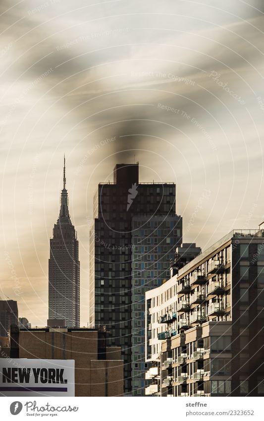 NEW YORK schriftzug vor silhouette des empire state building Stadt Skyline New York City Manhattan Empire State Building Schriftzeichen Wohnhaus Zaun Farbfoto