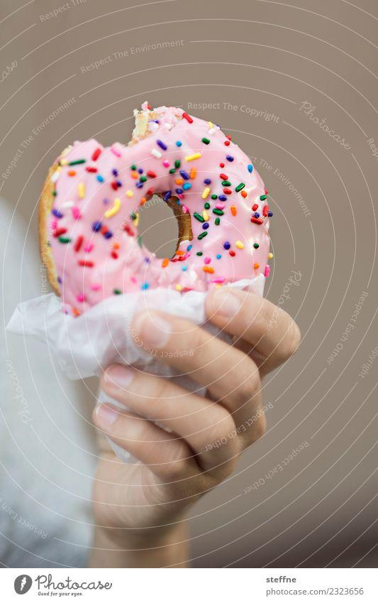 Hand hält Donut Süßwaren Ernährung Kaffeetrinken Diät Gesundheit Gesundheitswesen Übergewicht Zuckerstreusel süß ungesund Krapfen Polizist homer simpson