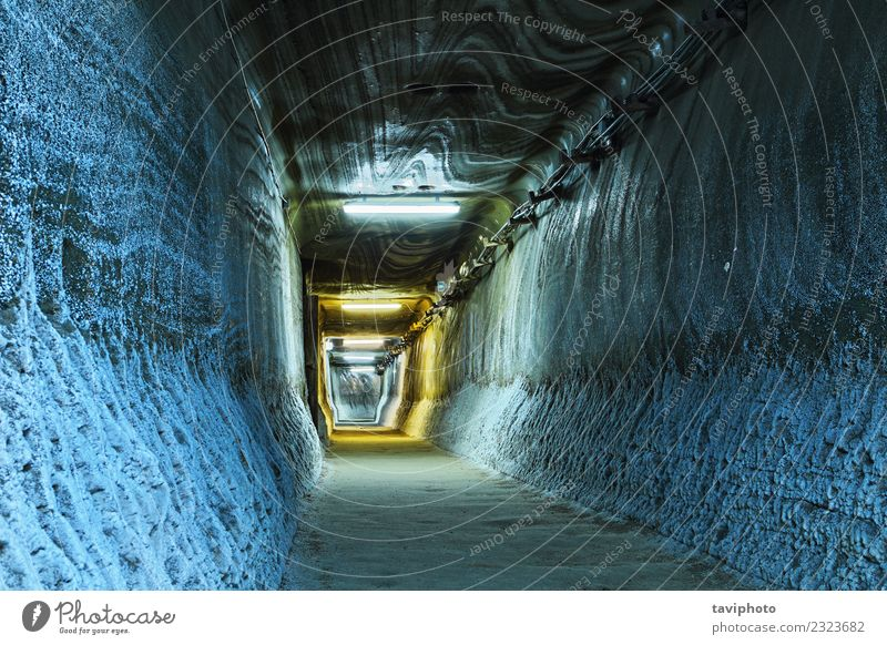 beleuchteter Tunnel im Bergwerk Tourismus Industrie Erde Felsen Architektur Wege & Pfade alt dreckig dunkel gruselig historisch schwarz Salz Mine Stollen