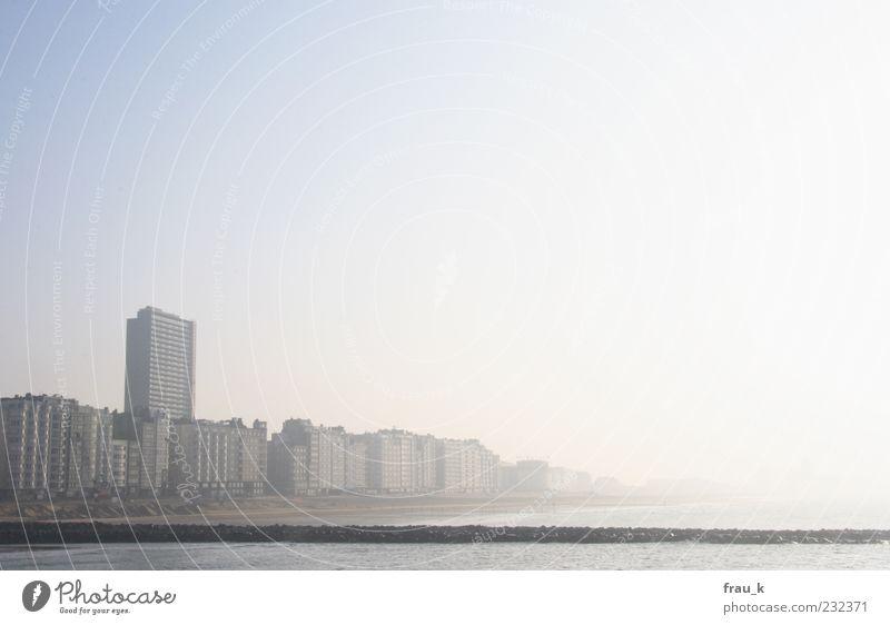 verblasste Erinnerung Stadt Sonne Meer Einsamkeit Haus Hochhaus trist Skyline Gebäude Wolkenloser Himmel Belgien Oostende
