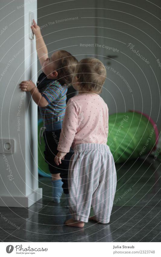 Zwei Kleinkinder möchten das Licht anschalten maskulin feminin Mädchen Junge 2 Mensch 1-3 Jahre Haus Tür Steckdose Lichtschalter entdecken Blick stehen klein