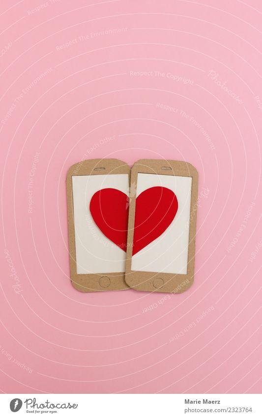 Zwei Handy Displays formen ein Herz. schön rot Freude Lifestyle Liebe Gefühle Glück rosa Zusammensein modern Kommunizieren Romantik Internet Wunsch trendy