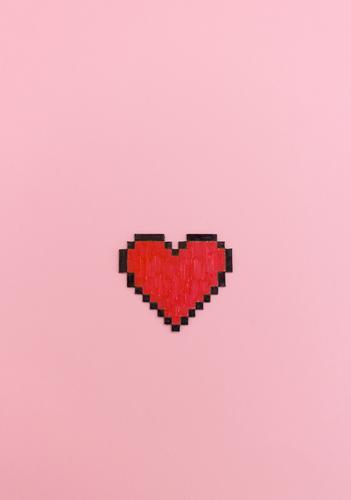 Rot bemaltes Pixel Herz Form auf rosa Hintergrund. Lifestyle Glück Flirten Valentinstag Computer Technik & Technologie Kommunizieren Liebe Coolness modern