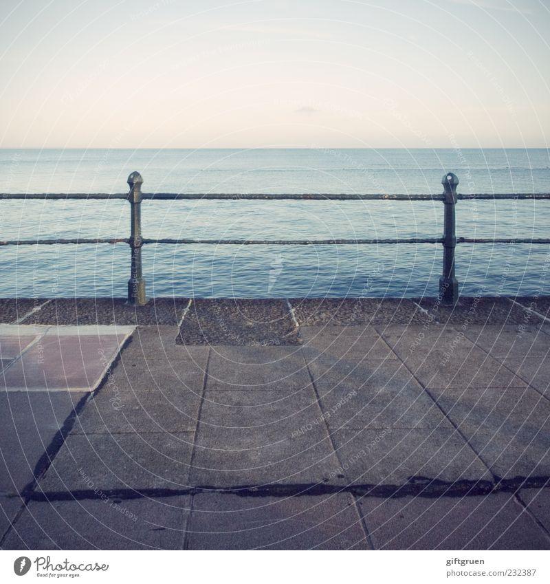 bis hierhin und nicht weiter Himmel Natur Wasser Meer Ferne Umwelt Wege & Pfade Küste Horizont Urelemente Schönes Wetter Aussicht Zaun Barriere Abenddämmerung Pfosten