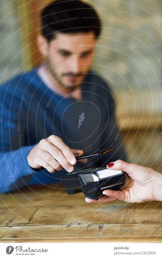 NFC Near Field Communication Mobile Payment. kaufen Geldinstitut Business Telefon PDA Technik & Technologie Mensch Frau Erwachsene Mann Hand 2 18-30 Jahre