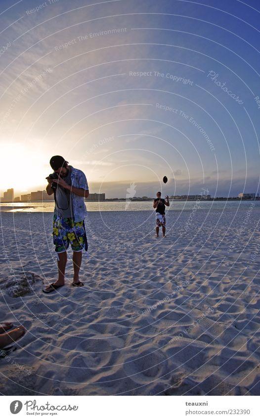 Sundown Ferien & Urlaub & Reisen Strand Meer Ballsport Fotokamera maskulin Junger Mann Jugendliche 2 Mensch 18-30 Jahre Erwachsene Wasser Himmel Skyline