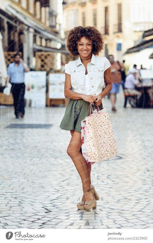 Schwarze Frau, Afro-Frisur, mit Einkaufstaschen auf der Straße Lifestyle kaufen Stil Haare & Frisuren Mensch feminin Junge Frau Jugendliche Erwachsene 1