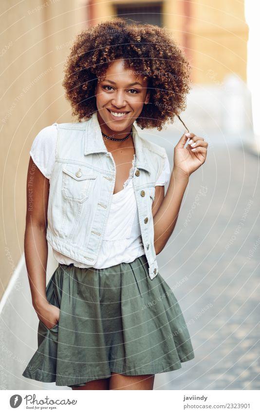 Junge schwarze Frau, Afro-Frisur, lächelnd auf der Straße. Lifestyle Stil schön Haare & Frisuren Gesicht Mensch feminin Junge Frau Jugendliche Erwachsene 1