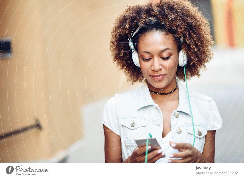 Schwarze Frau, die die Musik über Kopfhörer hört. Lifestyle Stil Freude Glück schön Haare & Frisuren Gesicht Telefon PDA Mensch Junge Frau Jugendliche