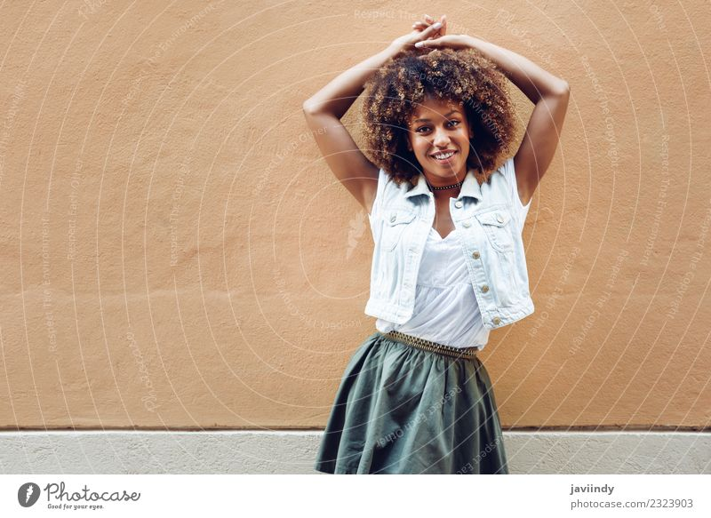 Frau Mensch Jugendliche Junge Frau schön 18-30 Jahre schwarz Gesicht Erwachsene Straße Lifestyle feminin Stil Glück Haare & Frisuren Mode