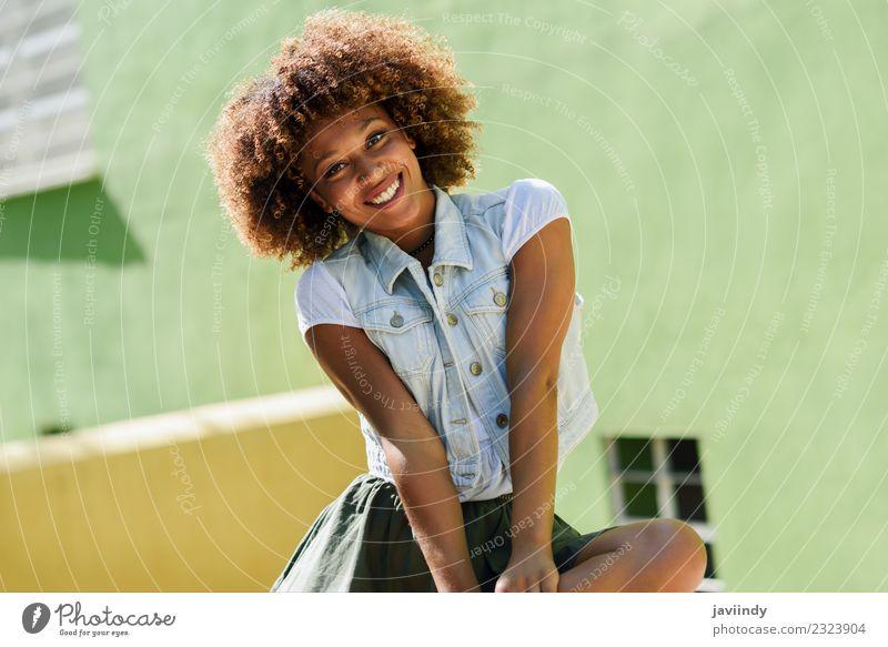 Junge schwarze Frau, Afro-Frisur, lächelnd. Lifestyle Stil Glück schön Haare & Frisuren Gesicht Mensch Erwachsene Jugendliche 1 18-30 Jahre 30-45 Jahre Straße
