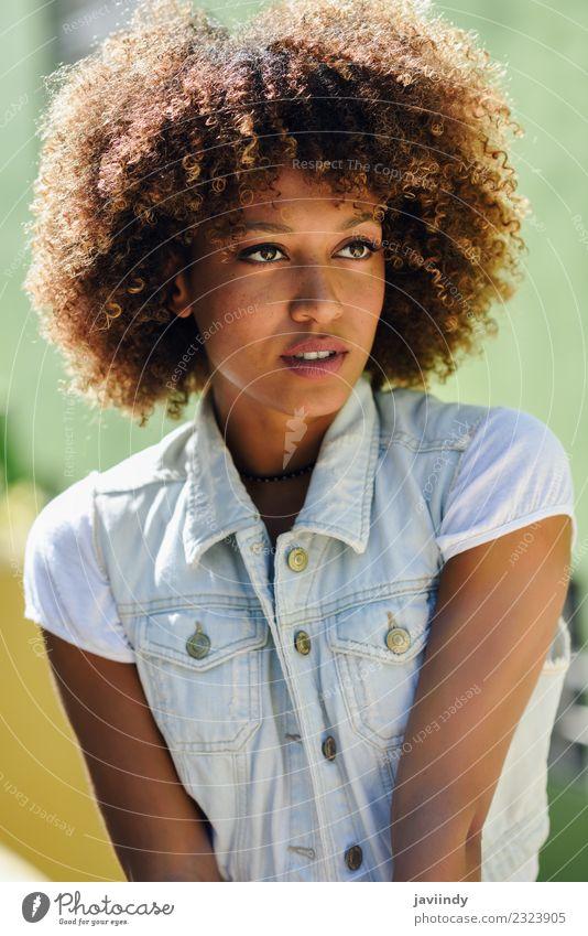 Junge schwarze Frau, Afro-Frisur, auf der Straße Lifestyle Stil schön Haare & Frisuren Gesicht Mensch feminin Junge Frau Jugendliche Erwachsene 1 18-30 Jahre