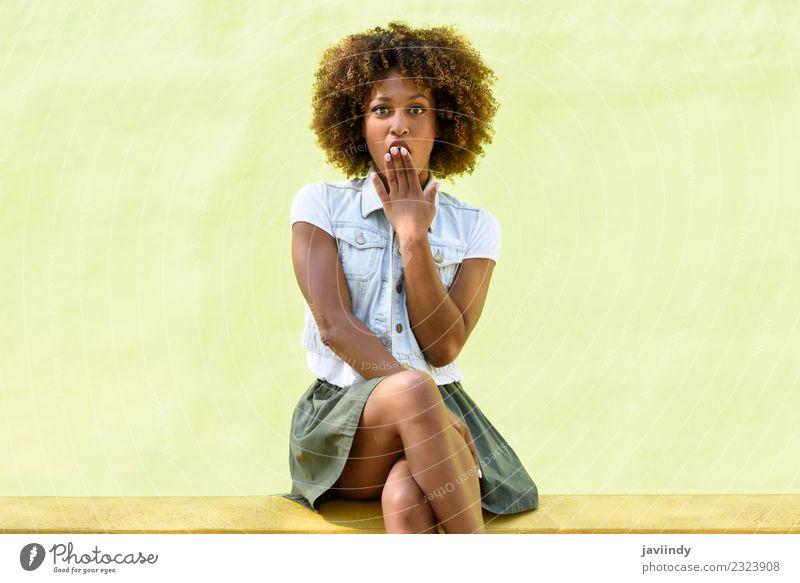 Frau, die auf einer Wand sitzt und ein Überraschungsgesicht hat. Lifestyle Stil Glück schön Haare & Frisuren Gesicht Mensch Junge Frau Jugendliche Erwachsene 1