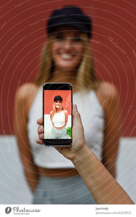 Frau Mensch Jugendliche Junge Frau Sommer schön weiß 18-30 Jahre Erwachsene Lifestyle Stil modern blond Fotografie Telefon T-Shirt