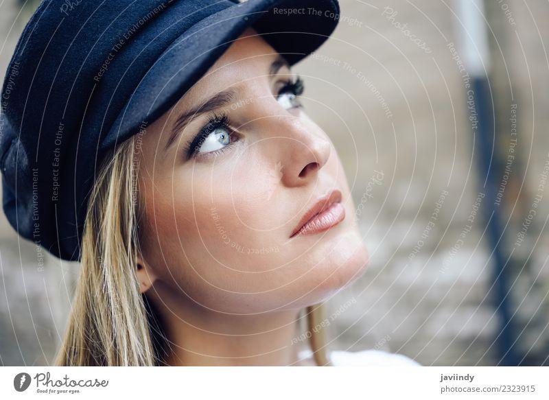 Junge blonde Frau mit defokussiertem urbanem Hintergrund. Lifestyle Stil schön Haare & Frisuren Sommer Mensch feminin Junge Frau Jugendliche Erwachsene 1