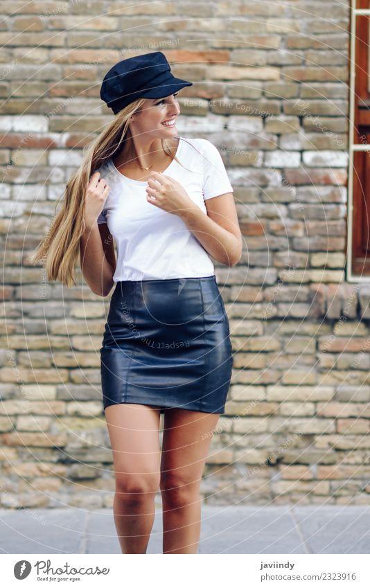 Junge blonde Frau, die in der Nähe einer Ziegelmauer lächelt. Lifestyle Stil Glück schön Haare & Frisuren Sommer Mensch feminin Junge Frau Jugendliche