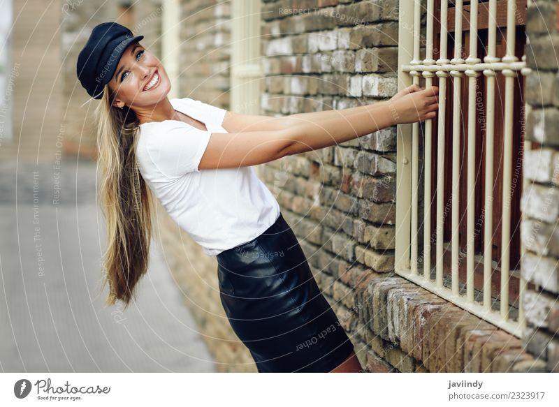 Junge blonde Frau, die in der Nähe einer Ziegelmauer lächelt. Lifestyle Stil schön Haare & Frisuren Mensch feminin Junge Frau Jugendliche Erwachsene 1